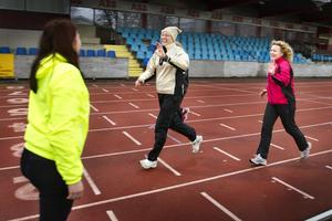 Gå mot cancer. Tio kronor varvet skänktes till barncancerfonden och Inger Larsson (cerise/svart jacka) var med och sprang på Arosvallen i måndags.