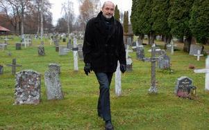 """""""Vi måste följa arbetsmiljölagen sedan 1980-talet angående säkerhet på kyrkogårdarna"""", berättar Staffan Lundstedt, Foto: Katarina Cham/DT"""