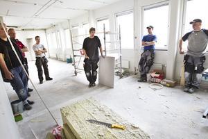 Ett tiotal byggarbetare vid Öhmans bygg samlades i före detta försäkringskassans lokaler i Ljusdal, som håller på att byggas om, för att hedra förolyckade yrkeskamrater med en tyst minut.