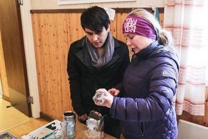 Zabi Rasoli och Sara Eriksson tittar på husgeråd. Under dagen for de runt på alla tre loppisar i Sveg.