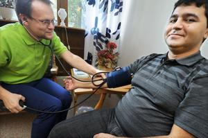 Blodtryckskontroll. Marek Bowinski känner på Jalil Jamalo, som hade utmärkta värden, 100-70.