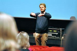 Jonas Wikström, från Leading Lights, håller i utbildningen, som är uppdelad i tre tillfällen. Han berättade mycket om sina egna erfarenheter av hur viktigt det är med ett bra bemötande.