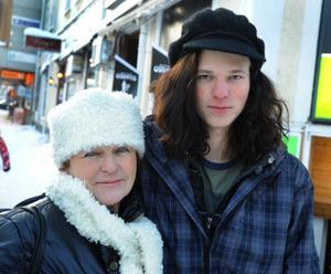 Ulla Hedström med sonen Ludvig Larsson från Alfta föredrar att ha mössa i kylan. Ulla vill gärna ha en matchande halsduk och Ludvig hittade en lämplig basker tidigare i år. - Det är lämpligt med basker, den passar mitt stora hår, säger han.