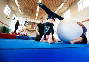 """Johan Mackegård Hansson fick prova på olika konster. """"Akrobatik är bra för koordinationen, disciplinen och styrkan"""", säger ledaren Kamilla Bayrak."""