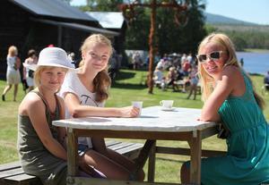 Sofia Bengtsson, Karolina Bengtsson och Minna Grip kom till Gammelträde för att fika. Det rådde delade meningar om vad som var godast, kolbullar eller flötgröt.