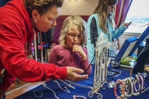 Camilla och Eila Eriksson intresserade sig för smyckesförsäljningen.