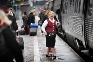 Konduktörerna fortsätter med servicen att sälja biljetter ombord på tågen.