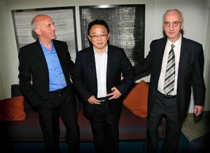 Jan Eriksson (Flexiwaggons grundare), Lan Ye (chefsingenjör hos CSR) och Kjell Strandberg som haft en central roll i processen som nu har lett fram till ett avtal mellan Flexiwaggon och CSR.