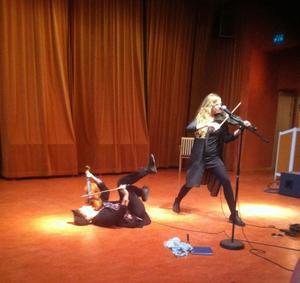 Sara Parkman (liggande) och Samantha Ohlander bjöd på en häftig folkmusik