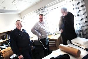 Christer Norin, Christer Björn och Benny Hag kollar midjemåttet. En av dem skyllde på att tjocka kläder ökade måttet något. Men överlag tycker de att det ser bra ut.