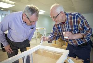 """Köpa nytt i stället? """"Nej, det är inte lika roligt"""", säger Ivar Karlsson till höger. Han renoverar ett fönster från en ladugård i Sätra brunn. Lars Karlsson renoverade gamla                          1800-talsfönster redan 1980 och de håller än.  Foto: Kenneth Hudd"""