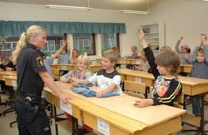 POLIS I SKOLAN. Eleverna i klass 2 på Sörgärdets skola hade många frågor till ungdomspolis Veronica Björnebye. Att de fick känna på hennes handfängsel och batong var populärt.