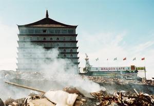 2007: Vid skulle ett stort berg av byggavfall och rivningsmaterial eldas upp. Dragon Gate polisanmäls för miljöbrott av Älvkarleby kommun. Hotellbygget ligger sedan nere efter misstankar om miljöbrott, men under 2010 gräver arbetarna upp sopor och företaget slipper böter.