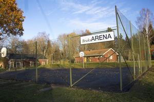 Arenan är byggd i amerikansk stil med ett högt nät och basketkorgar.