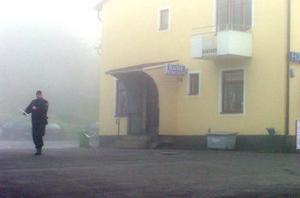 Dimman låg tät över den rånade Handelsbanken i Liden i går morse.