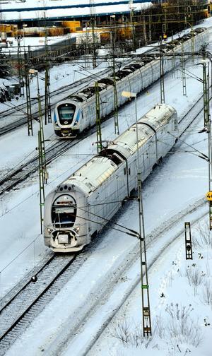 Tåg på väg i vinterkyla.