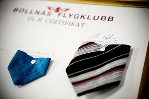 Vid bollnäs flugklubb är det tradition att klippa av en bit av slipsen när man fått flygcertifikat. Det har även Isabelle Nylander gjort.
