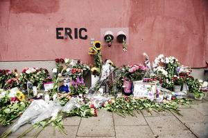 """Blommor och och ljus på den plats där Eric Torell blev ihjälskjuten av polisen. DN-reportaget """"Eric, poliserna och natten då allt gick fel"""" av Måns Mosesson finns bland de tio finalisterna i Wendelapriset. Foto: Stina Stjernkvist/TT"""