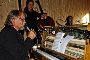 Thomas Jutterström har låtit sig inspireras av jazzlegendaren Jan Johansson och hans mjuka jazz. - Vi spelar inte som Jan, men i hans anda och stil, sa Jutterström vars pianospel inte skäms för sig, minsann.
