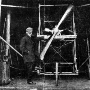LUFTSLOTT. Under flera år byggde Eric Nicolini ett flygplan i Gävle. Först på Alderhomen och sedan                           i Hemlingby.  Fast ingenting tyder på att han någonsin kom upp i luften.   Foto: Extrabladet 1912