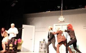 Här går dalapolisen till attack mot ett par misstänkta.