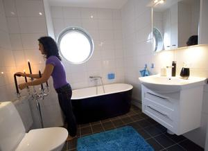Badkaret är tillval, liksom tvättställskranen. Badkaret är ett svart Westerbergs-badkar som Anja tänker använda ofta under den kyliga årstiden.