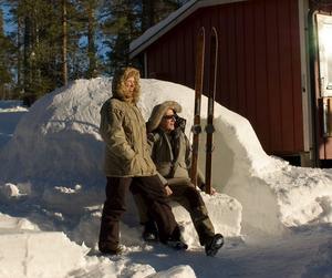 Eva Cederborg och Erik Eriksson utanför sin hemmagjorda igloo vid torpet i Törsetorp, norr om Örebro.