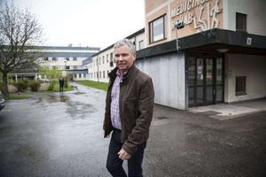 – Hur det går för  Ocean Gala kommer inte påverkaa vår satsning på asylboende, säger Anders Byqvist. I bakgrunden syns Soluddens asylboende som kommunen inte har öppnat på grund av försening i ombyggnationen.