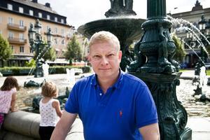 Tillbaka i Sundsvall med boken Utan min dotter. Kent Filppu, uppvuxen i Bredsand, har inte fått träffa sin sexåriga dotter på över tre år. Hon bor med sin mamma i Honduras. I boken berättar han om vad som hände, och hoppas att den ska belysa problemet med pappor som inte får träffa sina barn.