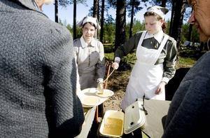 MATNOSTALGI. Lottorna Karin Meyer-Lundén och Jessica Andersson serverar Kronans ärtsoppa. Knäckemacka med ost ska det vara till.