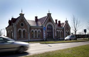 Stationsläget anses av många politiker vara viktigare än olägenheten med tåg genom stan.