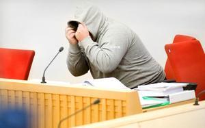 KURRAGÖMMA. Den huvudåtalade 43-åringen lekte kurragömma med pressfotograferna. Först vägrade han gå in i rättssalen innan dörren stängts för kamerorna. När fotograferna senare fick några sekunders chans att ta bilder drog han upp tröjan.