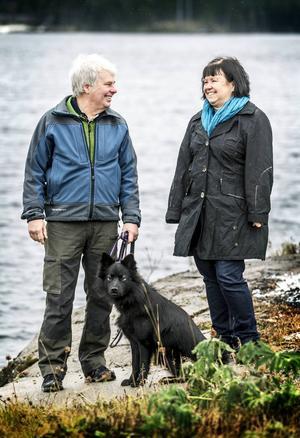 Reidar och Christin Näslund med den finska lapphundstiken Ystell trivs gott hemma vid Hotingssjön.
