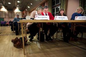 Debatten och de många frågorna från allmänheten gjorde att mötet, där bara en fråga skulle avgöras, tog över fyra timmar.