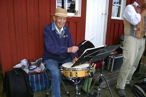 Taktfast. Nisse Zarmén vid trummorna ute på Tjuvholmen. Visst finns det vissa likheter med dansvirtuosen Fred Astaire.