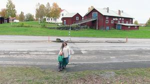 Många bor på ena sidan 45:an medan förskolor, skolor och affärer ligger på andra sidan.