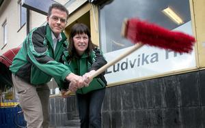 Nya kvastar sopar. Anders Ollinen och Maria Rudh är fast beslutna att få ordning på Ludvika Handbollsförenings ekonomi. Här ses de framför LHF:s kansli, som nu tas över av paraplyorganisationen Södra stan.