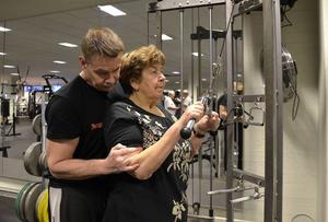 Snabbhet, balans och styrka. Gruppledaren och personlige tränaren Kenneth Andersson hjälper Dagny Sundling med maskinerna.