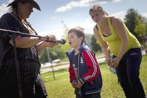 Sebastian Norman, 6, hjälpte till att dra lottovinnare inför storpublik.
