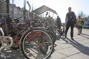 Christer Sörell lämnade in dotterns urväxta röda 16-tumscykel. Den såldes snabbt.