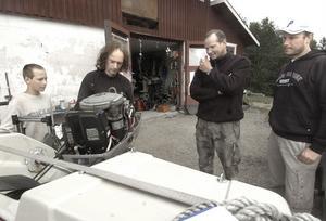 Herrar Åsén och Ernström hade kört upp sin båt med krånglande motor från Söderhamn till Homna där de fick hjälp av Anders Forsström.