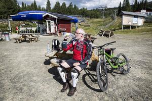 Bo Larsson från Alingsås pustar ut efter ett åk i Lofsdalen.   – Det är jobbigare än man tror, säger han.