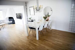 Paret har förvandlat ett mörkt och murrigt hus till ett ljust och levande hem. Köket och matrummet hänger nu ihop med vardagsrummet.