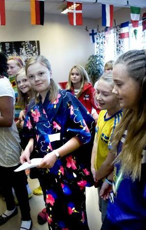 UPPKLÄDDA. När Internationella barndagen firades på Engelska skolan på måndagen nappade några elever på idén att klä sig i kläder från olika länder. Frida Blomstedt tyckte att det var kul att kunna ha sin japanska kimono på sig i skolan, medan Sofia Lundgren tyckte att en blågul tröja passade eftersom hon kommer från Sverige.