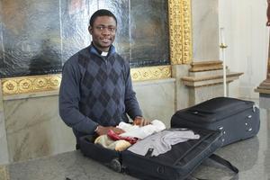 Pater Felix Ogbuagu packar ihop efter påskmässan i Ulrika Eleonora kyrka.