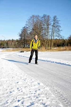 Premiärtur. Kultur- och fritidschefen Johan Tranquist gav sig ut på isbanan som plogades upp på Lindesjön på fredagseftermiddagen.
