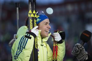 Elisabeth Högberg sken som en sol efter 16:e-platsen i jaktstarten vid världscupen i Östersund. Här i intrevju med TV4.