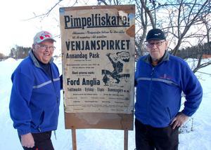 Back Gunnar Mattsson och Göte Nilsson med en gammal affisch från Venjanspirket.