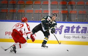 Pierre Larsson och de andra ÖIK-backarna hamnar i nya situationer nu när icingregeln justeras.