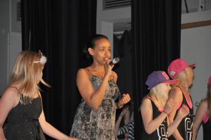 Nadia Sultan, 15 år, sjunger Valerie.